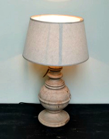 LAMP IN A PALE WOOD FINISH WITH AN IVORY SHADE